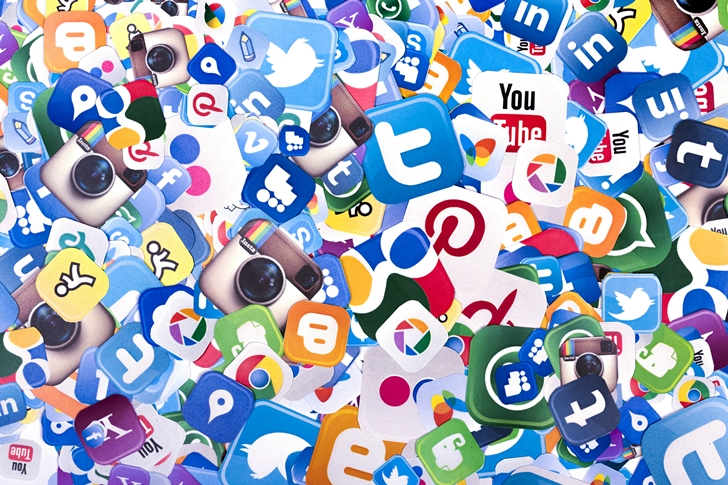 Social-Media-Icons-in-a-pile